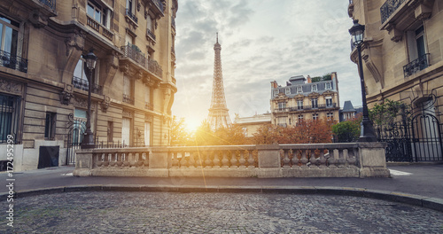 Foto op Plexiglas Eiffeltoren Sunset view of the Eiffel Tower from the Avenue de Camoens of in paris, france