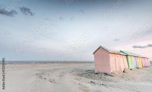 Cabines de bain multicolores alignées sur la plage déserte de Berck-plage au petit matin - 172593485