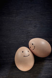 2 Eier mit aufgemaltem lächelndem Gesicht - 172604839