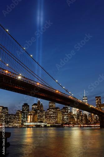Poster Commémoration du 11 Septembre 2017 au-dessus du pont de Brooklyn