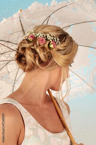 Foto op Canvas Kapsalon Frisur mit Blumen im Haar