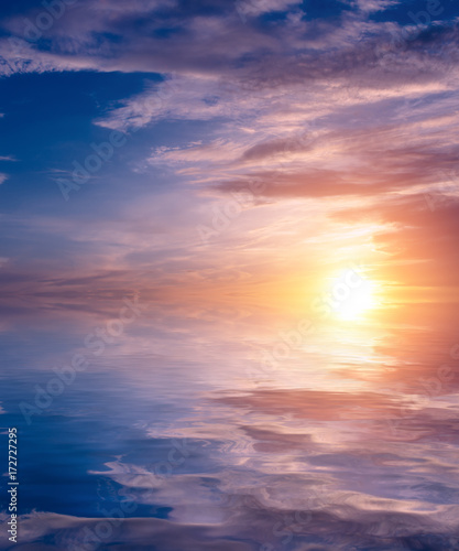 Aluminium Lichtroze A beautiful sunset in colorful cirrus clouds in the summer above the sea.