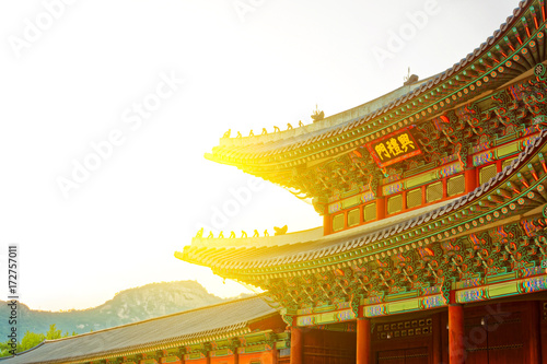 Staande foto Seoel Sun behind roof top of the gate to Gyeongbokgung Palace - translation for this word is