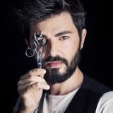 Uomo con barba e forbici - 172787451
