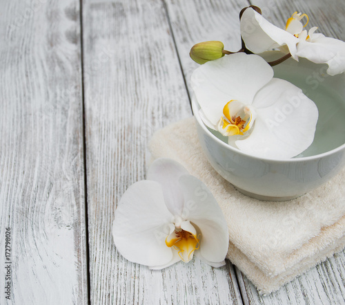 In de dag Spa orchid flowers in a bowl with water