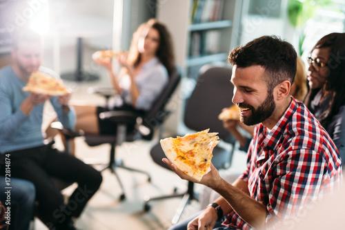 Papiers peints Pizzeria Software enginneers sharing pizza on break from work