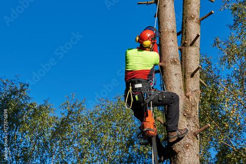 Klettergurt Für Baumpflege : Gamesageddon baumkletterer mit säge und klettergurt holzfäller