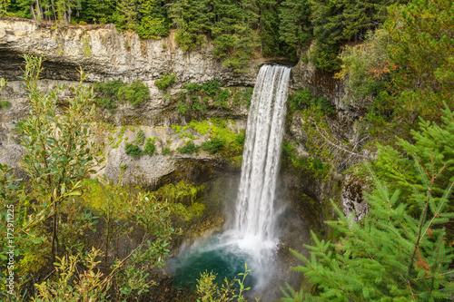 Fotobehang Bergrivier Fast moving waterfall in Brandywine Falls Provincial Park British Columbia Canada.