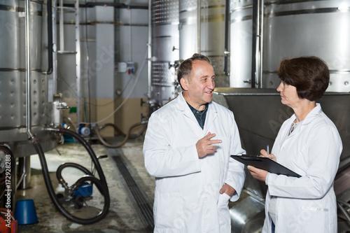 Spoed canvasdoek 2cm dik Toscane Wine maker shows equipment on winery