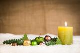 kerze und weihnachtskugeln - 172933402