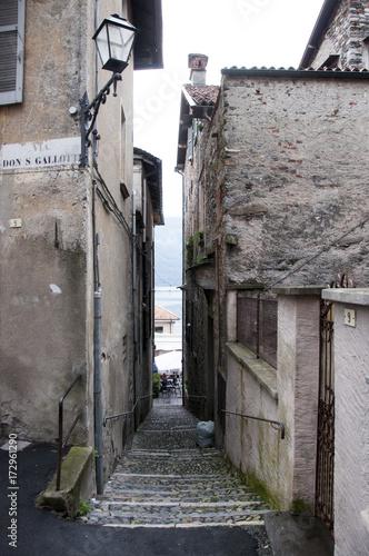 Fotobehang Smal steegje Cannobia, Italien