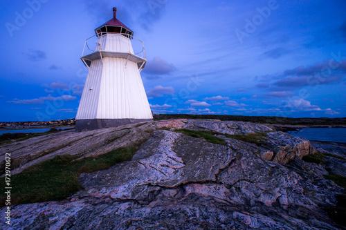 Staande foto Aubergine Leuchtturm Schweden