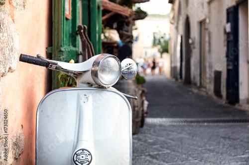 Foto op Canvas Scooter Gros plan d'un scooter emblématique Italien, Ischia, golfe de Naples, région de Campanie, Italie