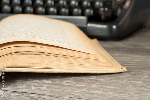 Eine Schreibmaschine und Bücher Poster
