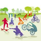 Kinder mit Skateboard und Fahrrad im Park - 173230429