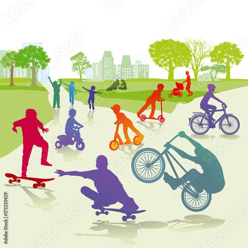 Fotobehang Skateboard Kinder mit Skateboard und Fahrrad im Park