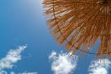 Blick auf den Himmel durch einen Sonnenschirm aus Stroh (Natur). Aufgenommen auf einen Sandstrand auf Sal, Kap Verde