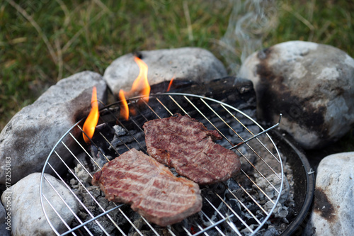 Foto op Aluminium Steakhouse Steak am Grill in der Natur