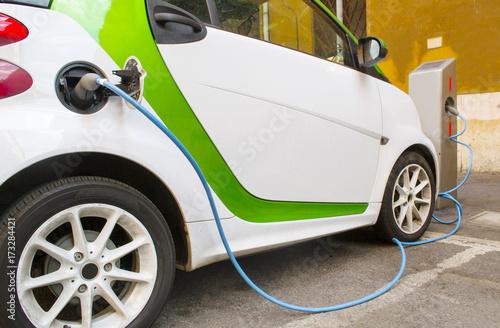 rifornimento di un' auto elettrica
