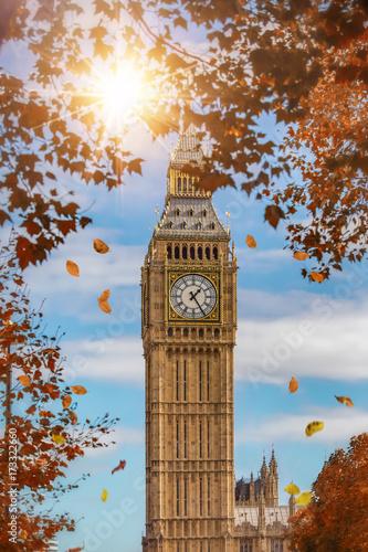 Foto op Plexiglas Londen Nahaufnahme des Big Ben in London im Herbst mit Laub und Sonnenstern