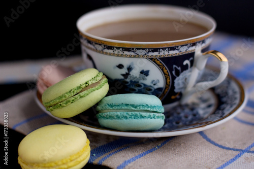 Spoed canvasdoek 2cm dik Macarons Tasty sweet macarons and cofe. Macaroons on table