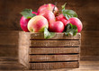 Quadro fresh red apples leaves with in a wooden box