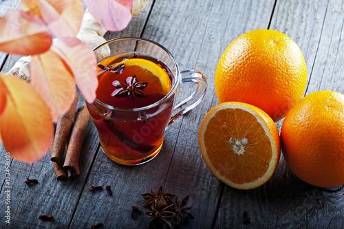 te-caliente-con-especias-y-naranja-en-medio-de-hojas-de-otono