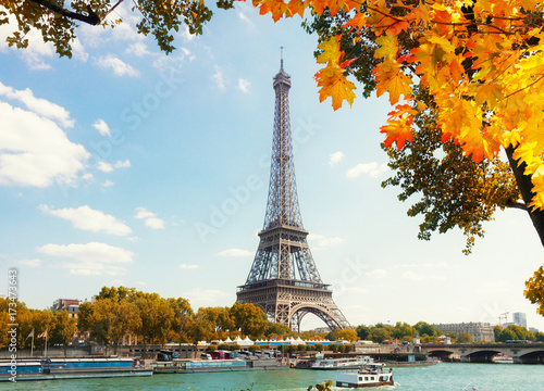 Foto op Plexiglas Eiffeltoren eiffel tour over Seine river with fall tree, Paris, France