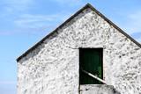Mały biały kamienny domek