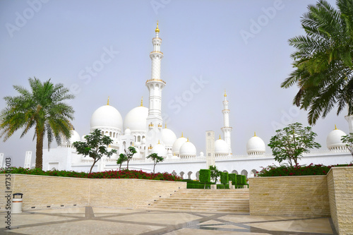 Tuinposter Abu Dhabi Abu Dhabi, UAE - March 2014: The white mosque