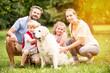 Familie mit Golden Retriever Hund als Haustier