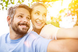 Glückliches Paar zusammen im Sommer - 173535002