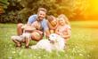 Familie und Kinder mit Hund im Garten