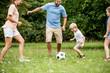 Junge beim Fußball spielen