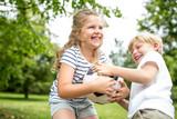 Kinder streiten um einen Ball - 173535475