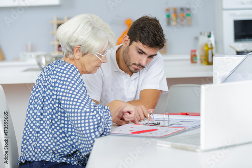 Papiers peints Kiev handsome young lad helping senior lady with her taxes