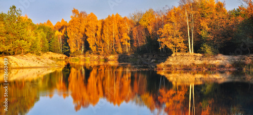 Staande foto Oranje eclat bright, rich colors of autumn foliage reflected in the lake