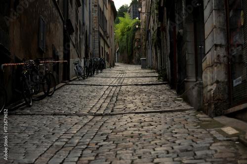 Fotobehang Smal steegje Rue pavé dans le vieux lyon