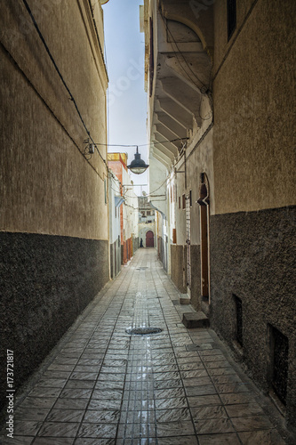 Deurstickers Smal steegje Narrow street in Morocco