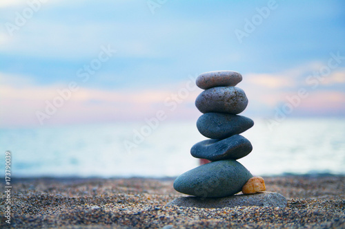 Foto op Canvas Stenen in het Zand Stones laid out in the form of a pyramid on the seashore