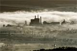 Photo aérienne d'une usine émergeant de la Brume à Pont-de-l'Arche dans l'Eure en France