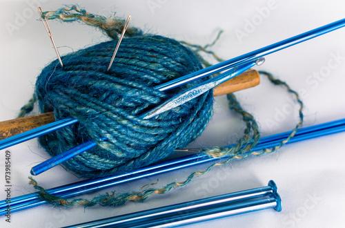 Gomitolo azzurro, ago, uncinetto e ferri da maglia Poster