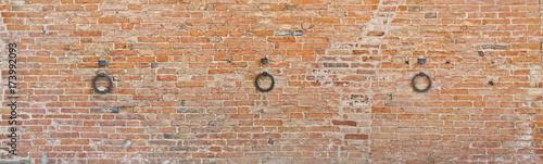 antike-ziegelmauer-in-der-toskana-mit-pferderhalteringen