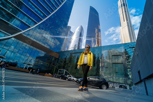 Aluminium Moskou traveler woman looking at building in moscow city