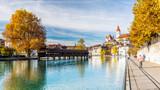 Panorama der Stadt Thun im Herbst, Aare und Holzbrücke, Berner Oberland, Schweiz - 174069491