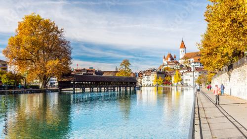 Panorama der Stadt Thun im Herbst, Aare und Holzbrücke, Berner Oberland, Schweiz