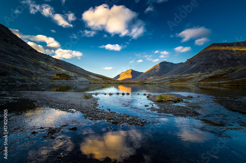 Foto op Canvas Russia. Murmansk region. Mountains of the Khibiny. Apatity. The city of Kirovsk. Reflection of the sky and mountains in the water.