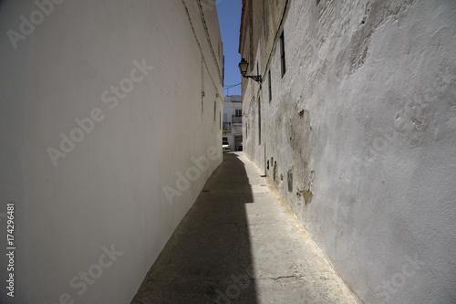 Tuinposter Smal steegje Pueblo banco andaluz
