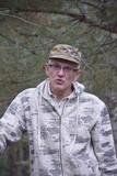 мужчина в лесу - 174328249