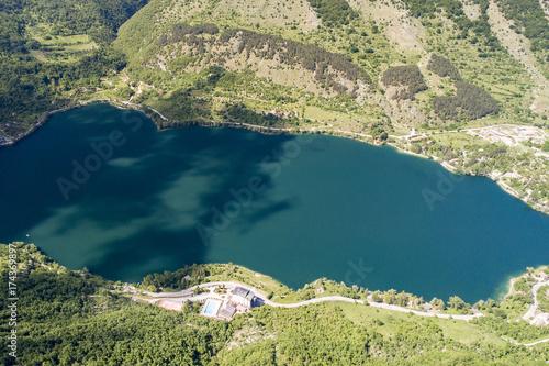 Foto op Canvas Groen blauw Vista aerea del lago di scanno in Abruzzo. Acqua azzurra tra boschi verdi e rigogliosi